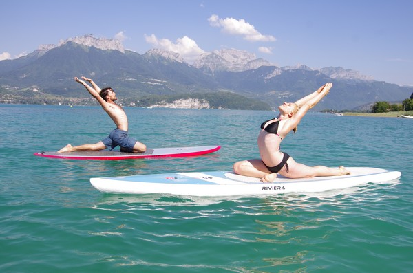 Yoga stand up paddle sur le lac d'Annecy
